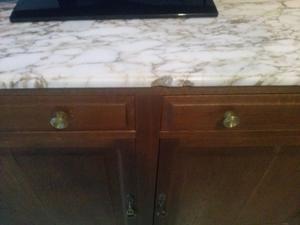 Mueble de madera y mármol