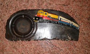 Cenicero antiguo con figura de un tren