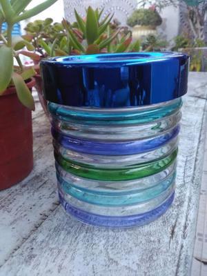 Frasco de vidrio de colores con tapa metálica a rosca azul