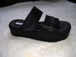 Sandalia con plataforma,cuero sintético.