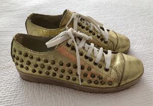 Zapatillas Doradas De Cuero Con Tachas