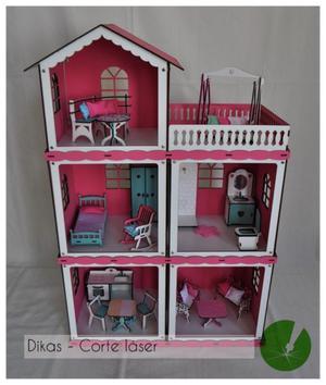 Casa de muñecas con muebles.