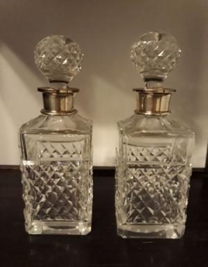 Par de botellones, cristal tallado con cuello de metal
