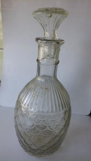 Antiguo botellón de vidrio con tapa. Alto 27 cm.