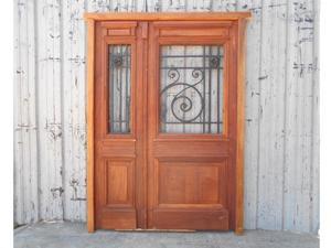 Puerta de frente en madera antigua de cedro con rejas