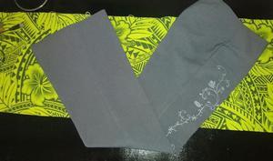 Pantalón de vestir con bordado al costado. Color gris.
