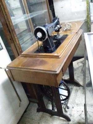 Maquina SINGER con mueble de madera y hierro