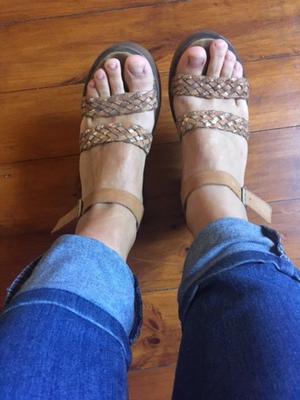 sandalias marrones y doradas VIAMO