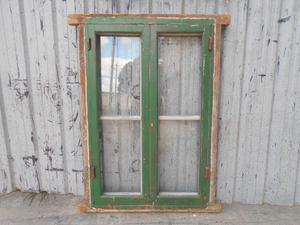 Dos antiguas ventanas de madera cedro con mosquitero y marco