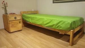 cama de una plaza y mesita de luz
