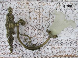 Antiguo aplique de bronce con tulipa. (11-S01)