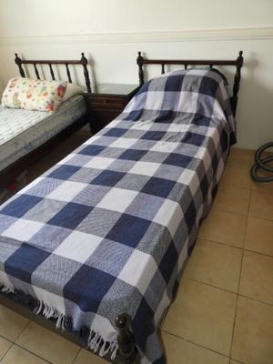 2 cama de 1 plaza con mesa de luz