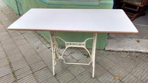 Antigua mesa auxiliar con pie de máquina Singer