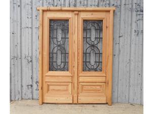 Puerta de frente en madera antigua de pinotea con rejas