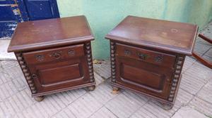 Antiguas mesas de luz de estilo colonial de cedro