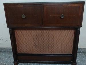 Mueble antiguo tocadiscos y radio.