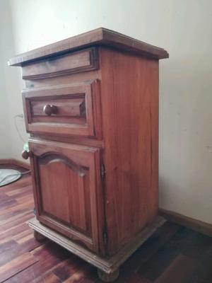 Vendo mesa de luz de madera de pino usada en muy buen estado
