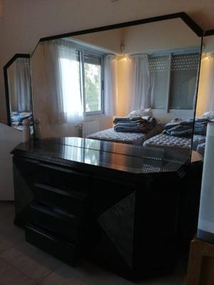 Muebles laqueados en negro y simil marmol