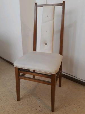 4 Sillas de madera, respaldo, tapizadas en cuerina blanca.