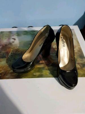 Zapatos de charol nuevos.