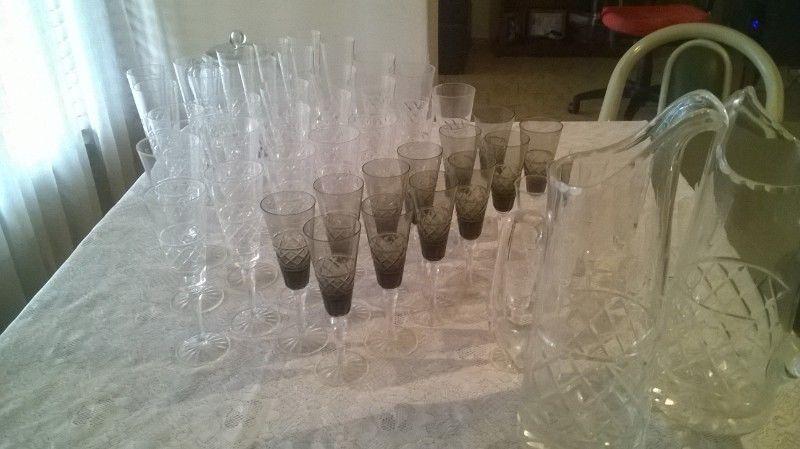 Vendo copas y jarras de cristal con vidrio tallado.