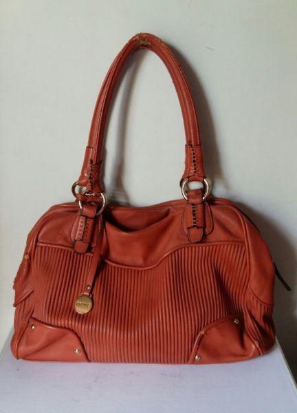 Cartera bolso Prune color rojo con detalles