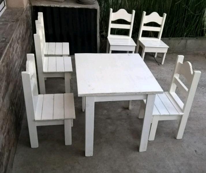 Mesa y sillas infantiles