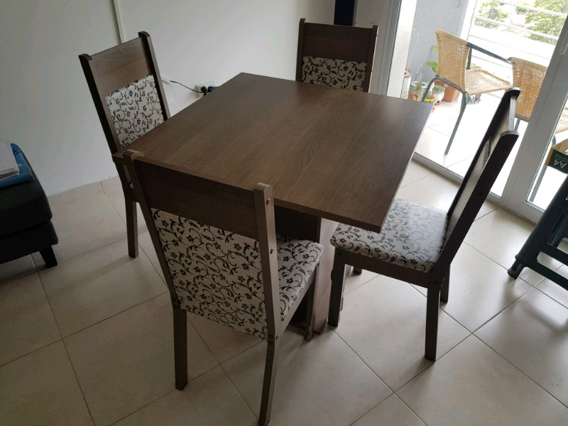 Vendo Juego comedor mesa y 4 sillas melamina