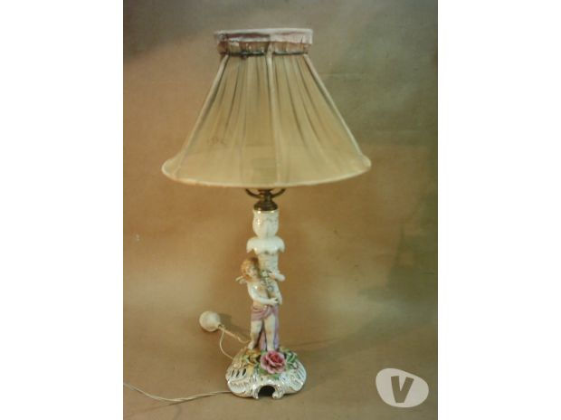 Antigua Lámpara de Mesa con Figura de Porcelana Alemana.
