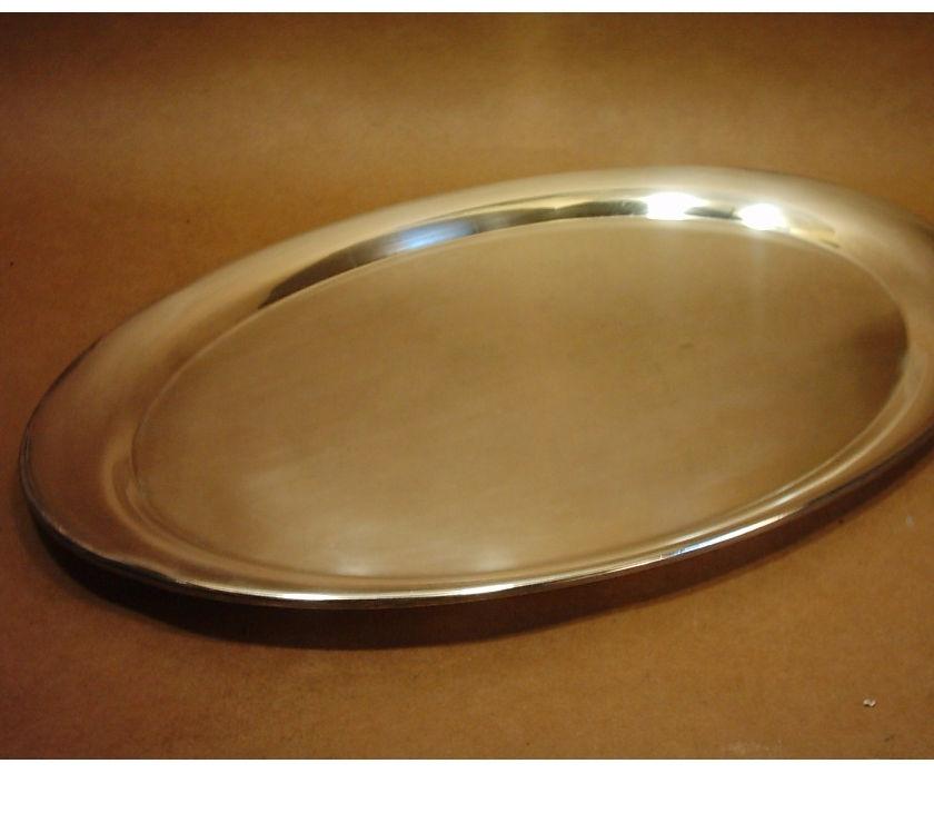 Antigua bandeja de metal baño de plata. Formato oval. Con