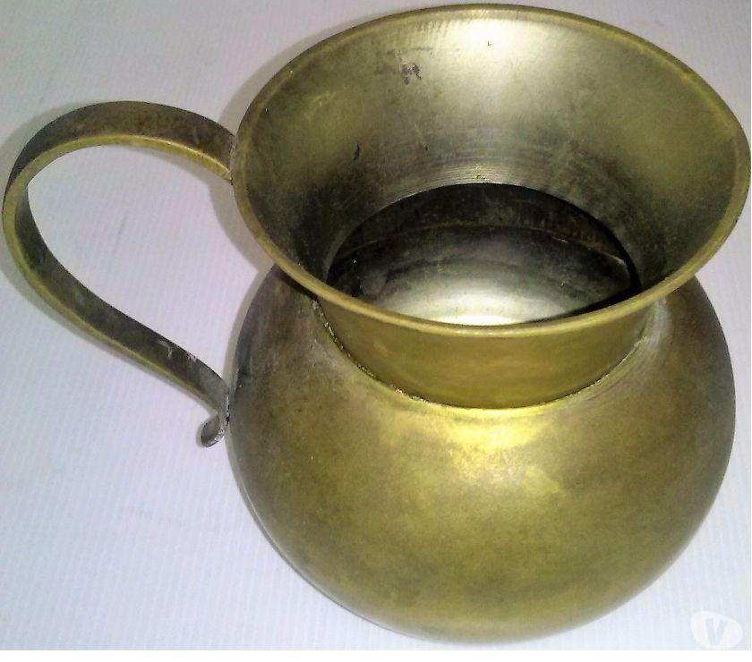 Antiguo jarro de bronce