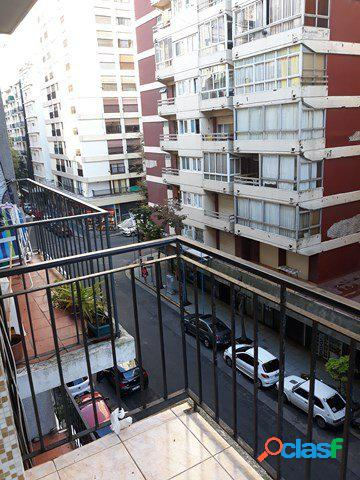 Dos ambientes a la calle con balcón