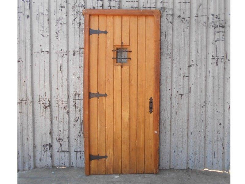 Antigua puerta de frente tablonada de madera cedro a una