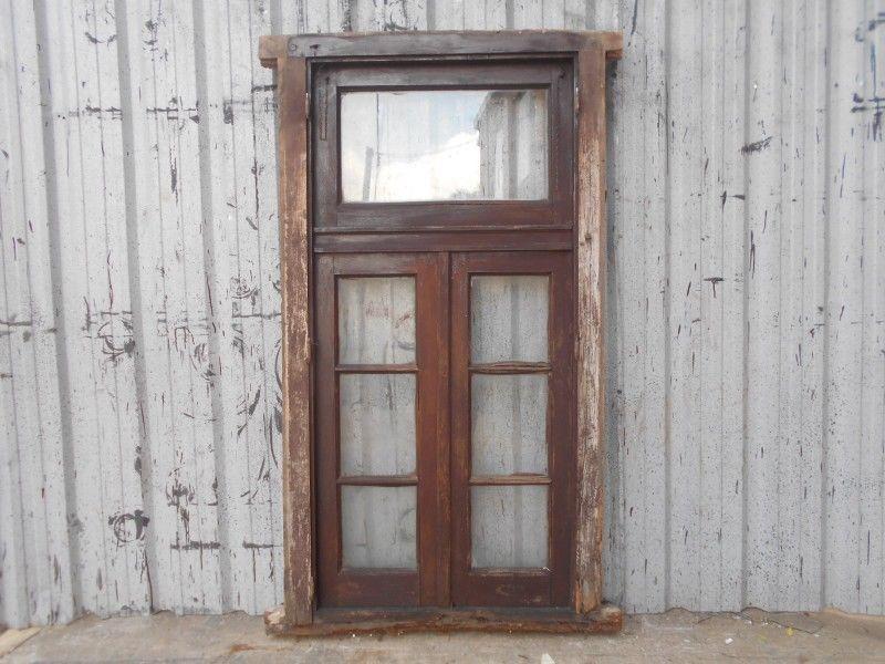 Antigua ventana de madera cedro a dos hojas de abrir