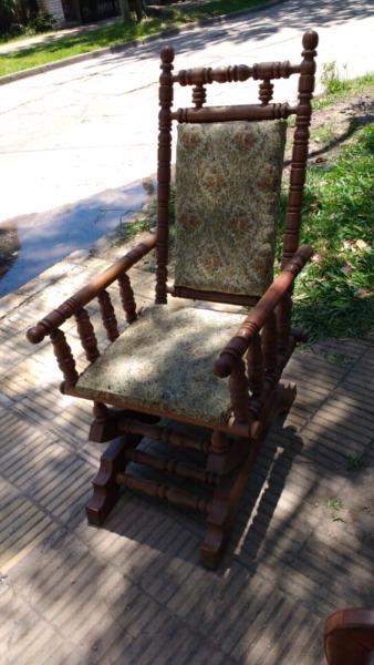 Antiguo sillón hamaca de estilo colonial en madera de Roble