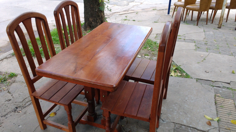 Juego de mesa y 4 sillas de algarrobo
