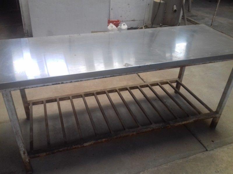 Mesa de acero inoxidable con armazón de caño estructural