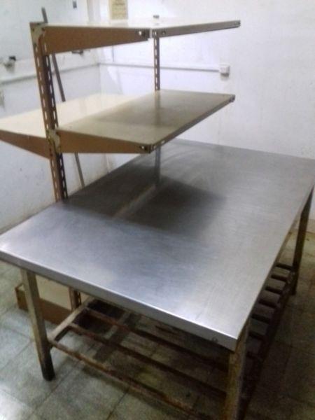 Mesa de acero inoxidable con estantería incorporada