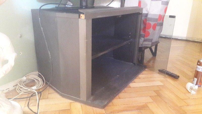Mesa tv con puertas vidrio y estantes