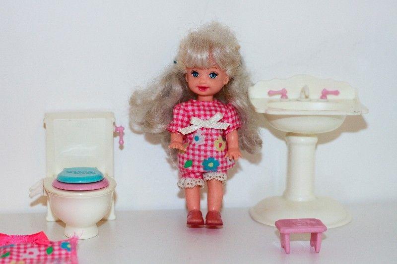 Muñeca Kelly Con Baño+ Accesorios