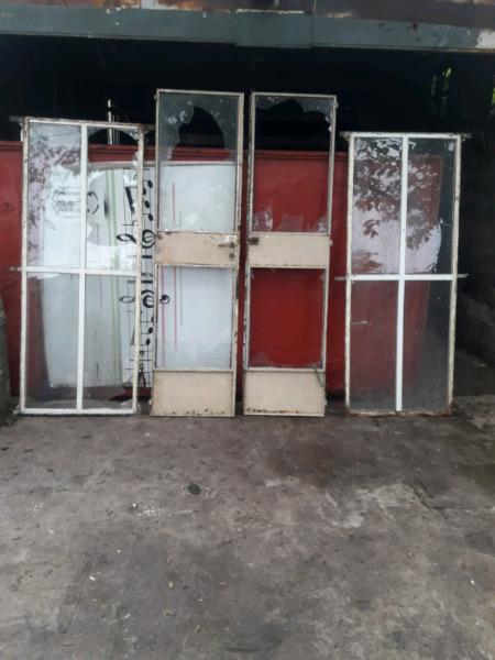Puerta de 2 hojas de hierro y 2 ventanas ciegas