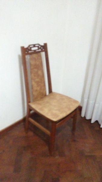 4 sillas de madera con tapizado en color marrón, muy buen