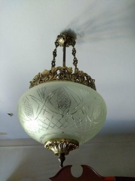 LAMPARA GLOBO COLGANTE, bronce y vidrio tallado esmerilado,
