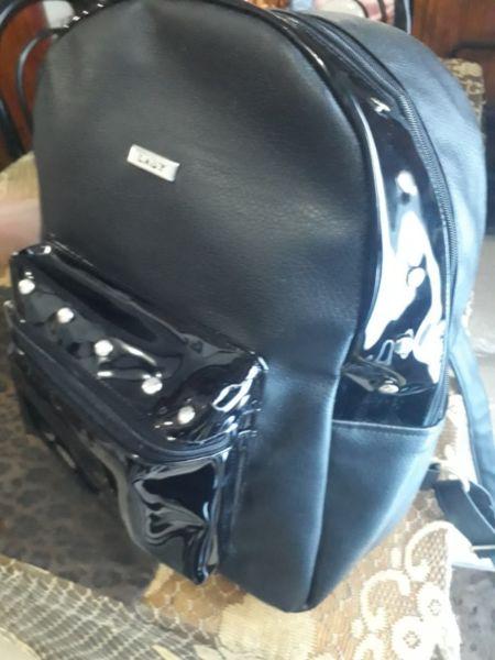vendo mochila nueva cuerina negra con tachas.super oferta