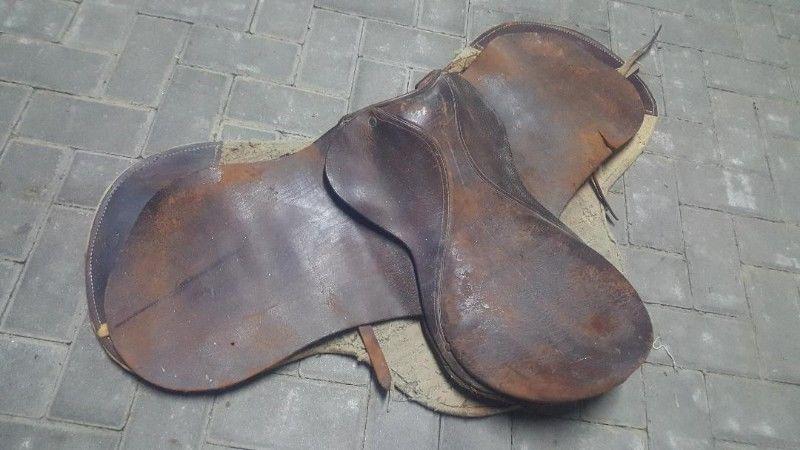 Montura antigüa de cuero para caballo petiso