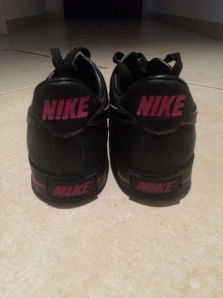 Zapatillas Nike cuero negro, muy poco uso!