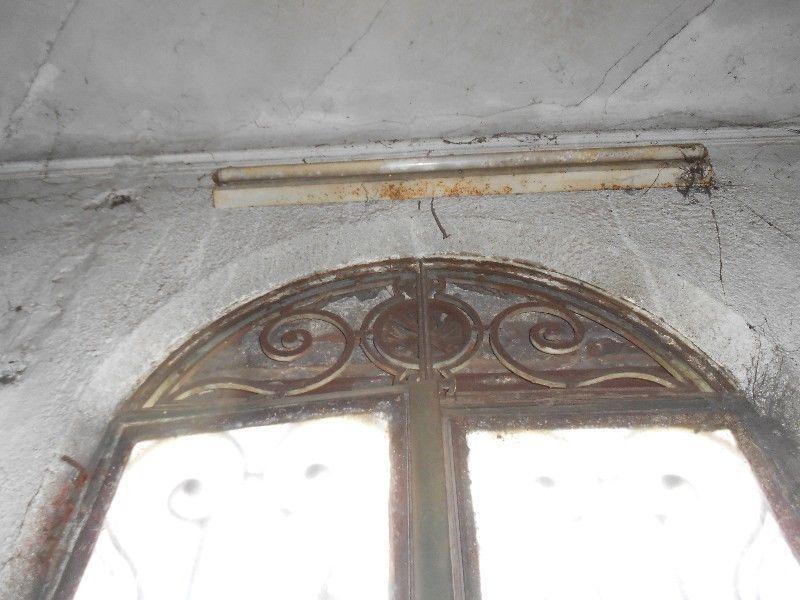 antigua puerta de doble hoja de hierro forjado