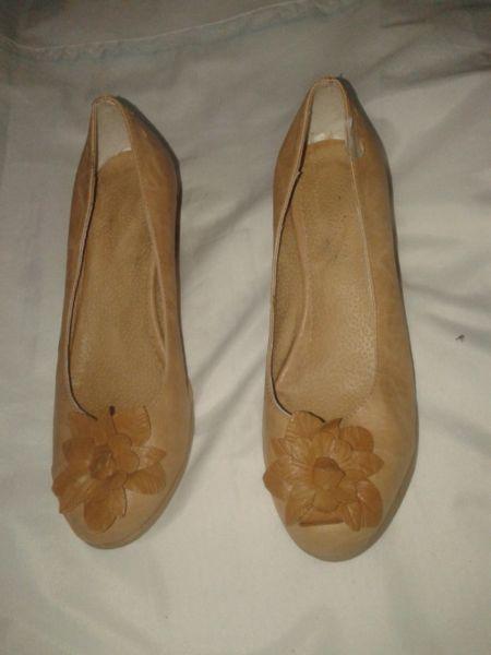 zapato 38 beige con flor y taco chino 5cm use 6 veces
