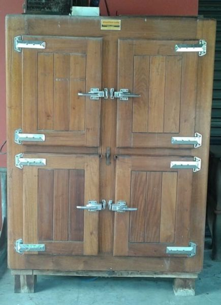 Heladera almacenera de madera Maciza lustrada de 4 Puertas