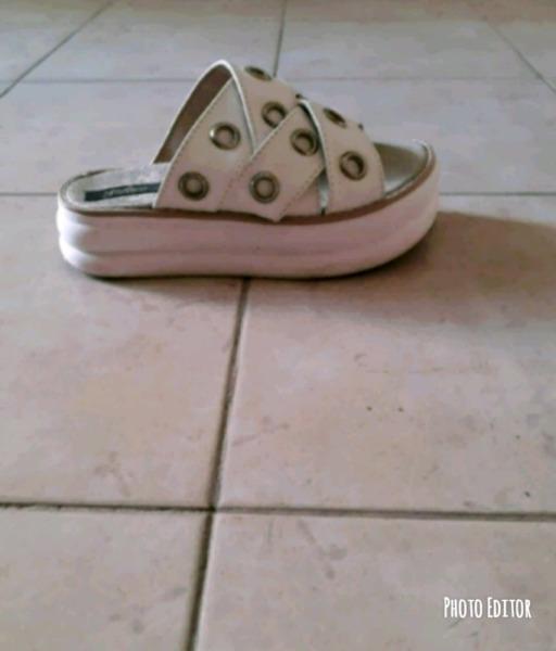 Sandalias blancas con anillitos número 36 un uso